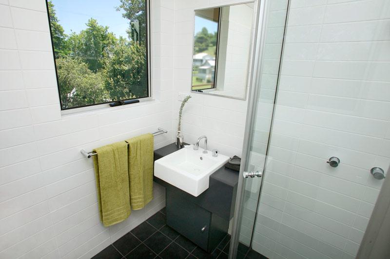 Kyogle steel house - ensuite bathroom