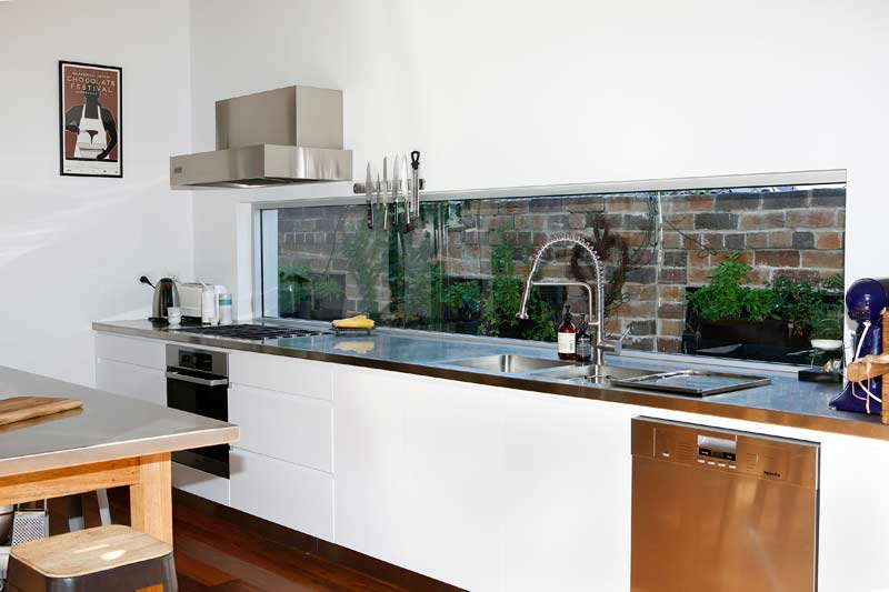 Rammed Dirt Coogee House - kitchen splashback to garden