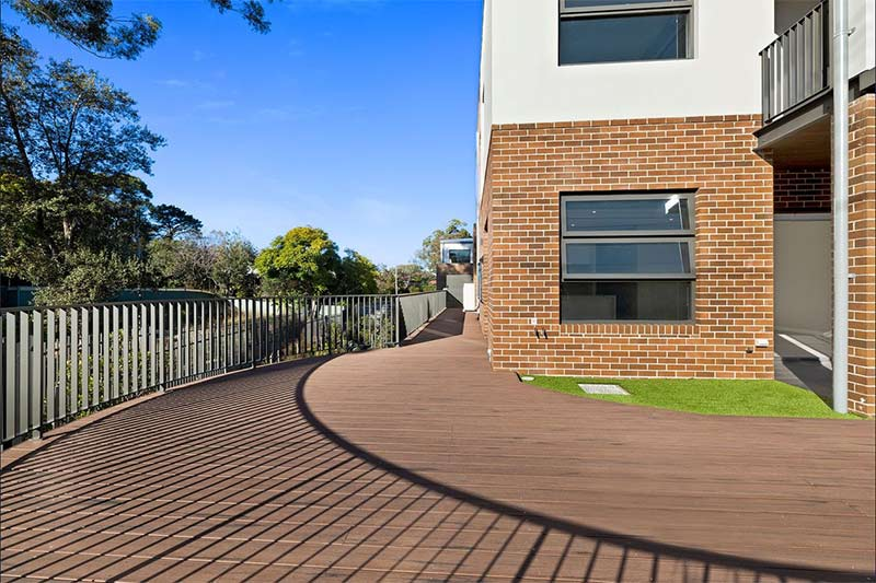 Leafy creekside large family townhouses Gymea - corner balcony
